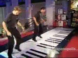 Observa este video de dos talentosos j�venes que tocan un piano enorme con sus pies.