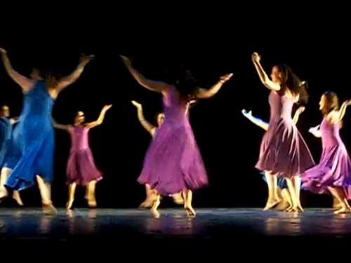 Con gran j�bilo y constantes ovaciones, la agrupaci�n conformada por m�s de 100 bailarines, y fundada por Carlos Halpert en 1971, present� 12 n�meros de danza que se vieron acompa�ados de diversos vestuarios y musicalizaci�n.