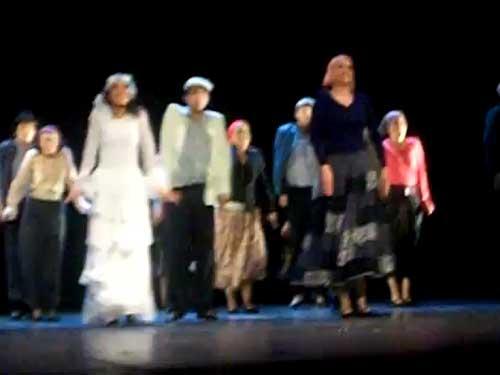 Con cantos, danzas y m�sica de Israel, la Compa��a de Danza Jud�a en M�xico Anajnu Veatem celebr� anoche su 40 aniversario en los escenarios, durante una funci�n que ofreci� en el Teatro de la Ciudad Esperanza Iris, de esta capital.