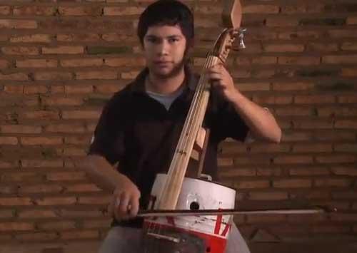 En Uruguay est�n haciendo cursos gratis, para que la gente m�s pobre aprenda a tocar instrumentos de cuerda y otros para hacer conciertos con un profesor de la filarm�nica. Eso tambi�n en Paraguay como muestra esto. Mirenlo.