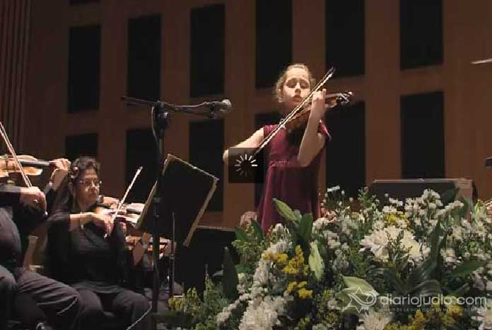 La joven violinista Masha Marshon, de 11 a�os de edad con la Orquesta Filarm�nica de Israel